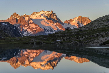 HMS3320781 France, Hautes Alpes, Ecrins National Park, the refuge and the lake Goleon (2438m) in the massif of Oisans with La Meije and the Râteau (3809m) in the background
