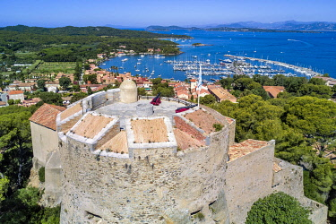 HMS3361575 France, Var, Iles d'Hyeres, Parc National de Port Cros (National park of Port Cros), Porquerolles island, the village and harbor of Porquerolles seen from the castle Sainte Agathe