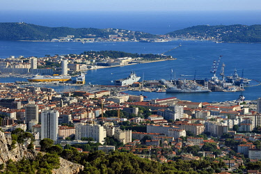 HMS3361675 France, Var, Toulon, the Rade (Roadstead) and the naval base from Mount Faron, the large dike and the peninsula of Saint Mandrier in the background