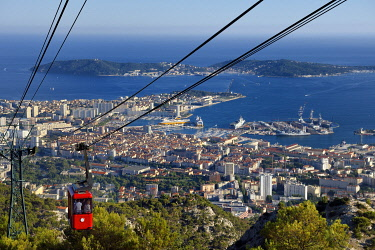 HMS3361680 France, Var, Toulon, the Rade (Roadstead), cable car from the Mont Faron, the dry docks of the Grands Bassins Vauban from the naval base (Arsenal) and the peninsula of Saint Mandrier in the background