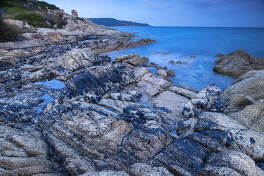 HMS3362588 France, Var, peninsula of Saint Tropez, Ramatuelle, Cape Taillat, pollution caused by the collision of two ships off Corsica on 07/10/2018, oil thrown by the waves on the rocks