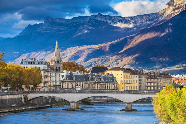 HMS3406871 France, Isere, Grenoble, the banks of Isere river, 13th century Saint Andre church and Vercors massif in the background