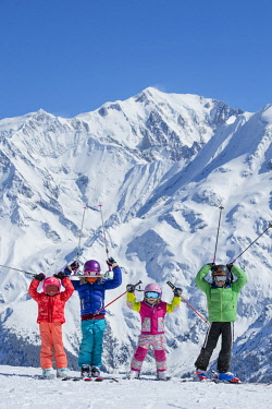 HMS3408508 France, Haute Savoie, Massif of the Mont Blanc, the Contamines Montjoie, groups of children who greet on the ski slopes