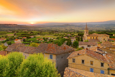 FRA11617AW France, Provence, Vaucluse, Bonnieux, Hilltop village at sunset