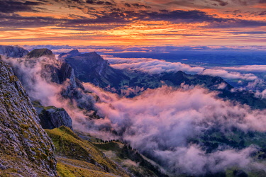 SWI8420AW Switzerland, Lucerne, Mount Pilatus, sunset and clouds
