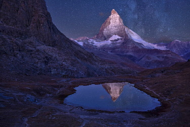 SWI8432AW Switzerland, Swiss Alps, Valais, Matterhorn at night with riffelsee, (m)