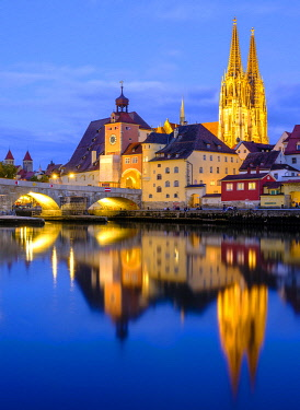 IBXHEB04967452 Illuminated Old Town with Stone Bridge and Cathedral reflected in the Danube at dusk, Regensburg, Upper Palatinate, Bavaria, Germany, Europe
