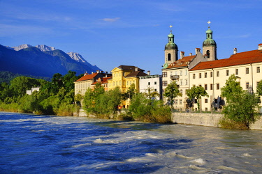 IBXMAN04938478 Inn and Cathedral in Old Town, Innsbruck, Tyrol, Austria, Europe
