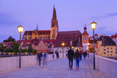 IBXMAN04959601 Stone bridge with cathedral and old town, Regensburg, Upper Palatinate, Bavaria, Germany, Europe