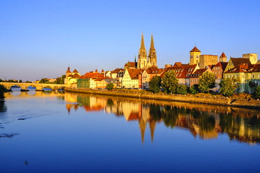 IBXMAN04959618 Stone bridge over the Danube and old town with cathedral, Regensburg, water reflection, Upper Palatinate, Bavaria, Germany, Europe