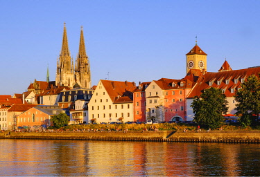 IBXMAN04959622 Donau-Ufer an der Weinl�nde with Cathedral and Town Hall Tower, Regensburg, Upper Palatinate, Bavaria, Germany, Europe