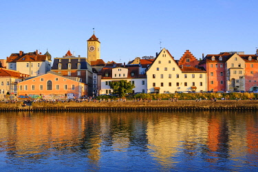 IBXMAN04959624 Danube bank at the Weinl�nde with town hall tower, Regensburg, Upper Palatinate, Bavaria, Germany, Europe