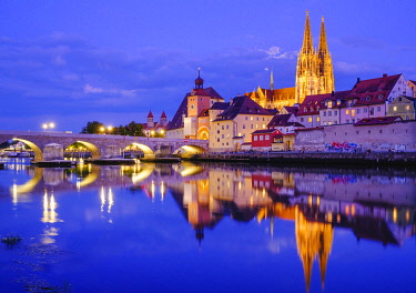 IBXMAN04959629 Stone bridge over the Danube and old town with cathedral at dusk, water reflection, Regensburg, Upper Palatinate, Bavaria, Germany, Europe
