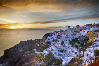 IBXRFI04970848 View of the village with view over the sea, panorama, evening mood, Oia, Santorini, Greece, Europe
