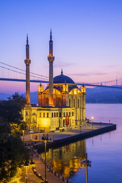 TK01817 Ortakoy Camii (Mosque) and the Bosphorus Bridge, Ortakoy, Istanbul, Turkey