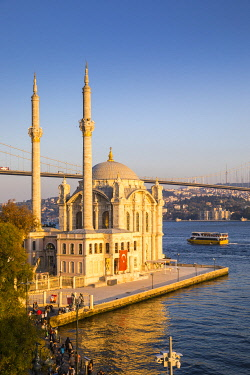 TK01837 Ortakoy Camii (Mosque) and the Bosphorus Bridge, Ortakoy, Istanbul, Turkey