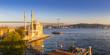 TK01838 Ortakoy Camii (Mosque) and the Bosphorus Bridge, Ortakoy, Istanbul, Turkey