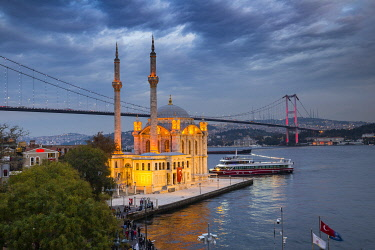 TK01850 Ortakoy Camii (Mosque) and the Bosphorus Bridge, Ortakoy, Istanbul, Turkey