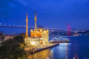 TK01851 Ortakoy Camii (Mosque) and the Bosphorus Bridge, Ortakoy, Istanbul, Turkey