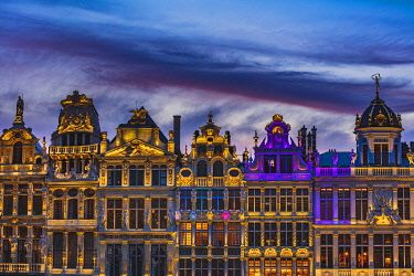 BEL2068AWRF Facade of the typical buildings on Grand Place in Brussels by night, Belgium