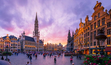 BEL1917AW Panoramic view of the Grand Place in Brussels at sunset with the Town Hall and the Maison du Roi building, Holland/Netherlands