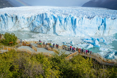 ARG3124AW Tourists on a boardwalk admiring Perito Moreno glacier, Los Glaciares National Park, El Calafate, Lago Argentino Department, Santa Cruz Province, Argentina