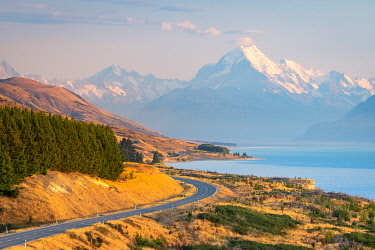 NZ9519AW Snowcapped Mount Cook viewed from Lake Pukaki viewing point at sunrise, Mount Cook National Park, Mackenzie District, Canterbury, South Island, New Zealand