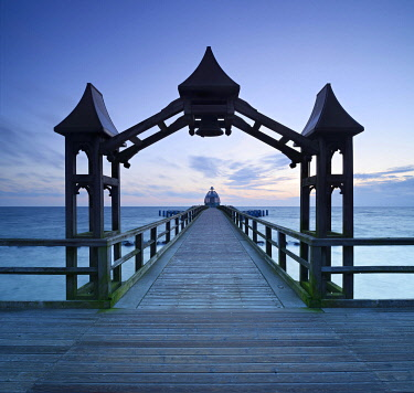 IBLAVI04355299 Pier, archway, behind the diving bell at dawn, Seebad Sellin, Rügen, Mecklenburg-Western Pomerania, Germany, Europe