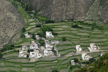 IBLOLF01632153 View on the Tibetan architecture of a small village, Tibetan houses in a steep canyon with field terraces for cultivation, Xiang Cheng, Chaktreng, Kham, Sichuan, China, Asia