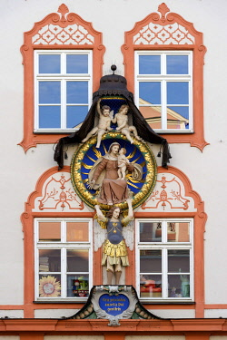 IBLRAI03420568 Rococo plasterwork of a medallion, Virgin Mary with child, cherubs and the Archangel Gabriel, on a town house in the old town, Landshut, Lower Bavaria, Bavaria, Germany, Europe