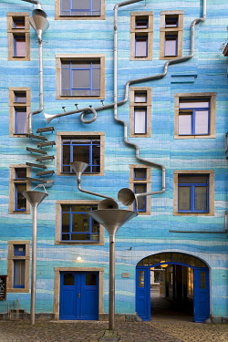 IBLRFI05052202 Kunsthof Dresden rainwater play, blue house facade with rain pipes, artists Annette Paul, Christoph RoÂ�ner and AndrÈ Tempel, Antonstadt, Dresden, Saxony, Germany, Europe