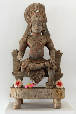IBLOMK03620578 Old wooden sculpture, depicting a Hindu deity, Kochi, Kerala, India, Asia