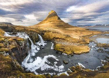 IBXMMW04402442 Mount Kirkjufell with Kirkjufellsfoss Waterfall, Grundarfjordur, SnÊfellsnes peninsula, Vesturland, Iceland, Europe