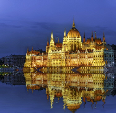 IBXRFI05046840 Parliament with reflection in the Danube, illuminated, dusk, Budapest, Hungary, Europe
