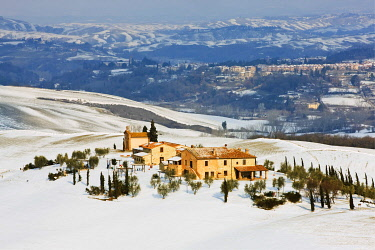 IBLKHI02223176 Country house in the snow-covered Tuscan countryside, Asciano, Tuscany, Italy, Europe, PublicGround, Europe