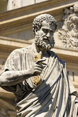 IBLRAI03361933 Monumental statue of Saint Peter the Apostle in front of Saint Peter's Basilica, Piazza San Pietro, St. Peter's Square, Vatican City State, Italy, Europe