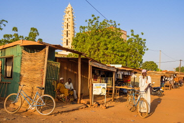 HMS3252020 Burkina Faso, Boulkiemdé province, Koudougou, dirt road and the minaret of the great mosque