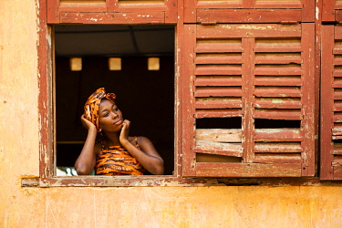 HMS3648600 Benin, Ouidah, woman at the window of an old colonial building