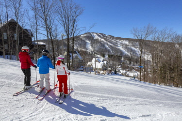HMS3296352 Canada, Province of Quebec, the Eastern Townships region or Estrie, Bromont, the ski slopes, skiers