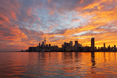 HMS3333395 Canada, province of Ontario, the city of Toronto, the city and its skyscrapers at sunset from the shores of Lake Ontario