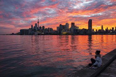 HMS3333429 Canada, province of Ontario, the city of Toronto, the city and its skyscrapers at sunset from the shores of Lake Ontario