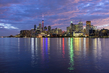 HMS3333430 Canada, province of Ontario, the city of Toronto, the city and its skyscrapers at sunset from the shores of Lake Ontario