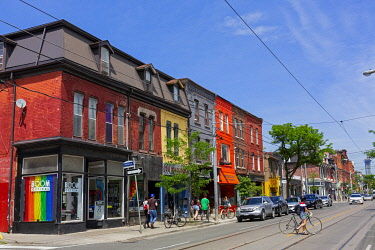 HMS3333438 Canada, Province of Ontario, City of Toronto, Queen Street West, new trendy neighborhood, colorful houses and cyclist