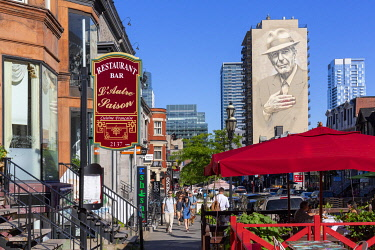 HMS3373314 Canada, Province of Quebec, Montreal, Crescent Street, giant fresco of Léonard Cohen by two artists - the American El Mac and the Montrealer Gene Pendon (nicknamed Starship)