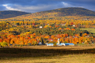 HMS3407817 Canada, Province of Quebec, Charlevoix region, Baie-Saint-Paul, a hillside farm in the colors of Indian summer