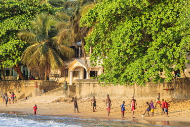 HMS3576273 Cameroon, South Region, Ocean Department, Kribi, African boys playing football on the beach