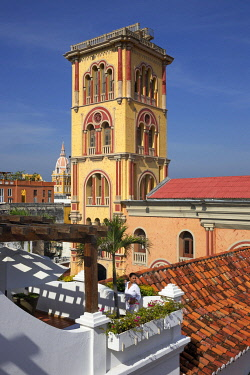 HMS3522691 Colombia, Bolivar Department, Cartagena, listed as World heritage by UNESCO, roofs of the Casa San Agustin colonial boutique-hotel overlooking the Moorish style tower of the University of Cartagena, S...