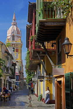HMS3522695 Colombia, Bolivar Department, Cartagena, listed as World heritage by UNESCO, street of the colonial district with the cathedral in the background