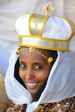 HMS3611585 Ethiopia, Tigray, Aksum, Young bride wearing a ceremonial crown