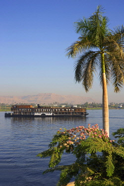 HMS3640588 Egypt, Upper Egypt, Nile Valley, Steam Ship Sudan, the last steamboat cruising the Nile, crossing the river from a green bank and with the mountains of the valley of the kings as a backdrop